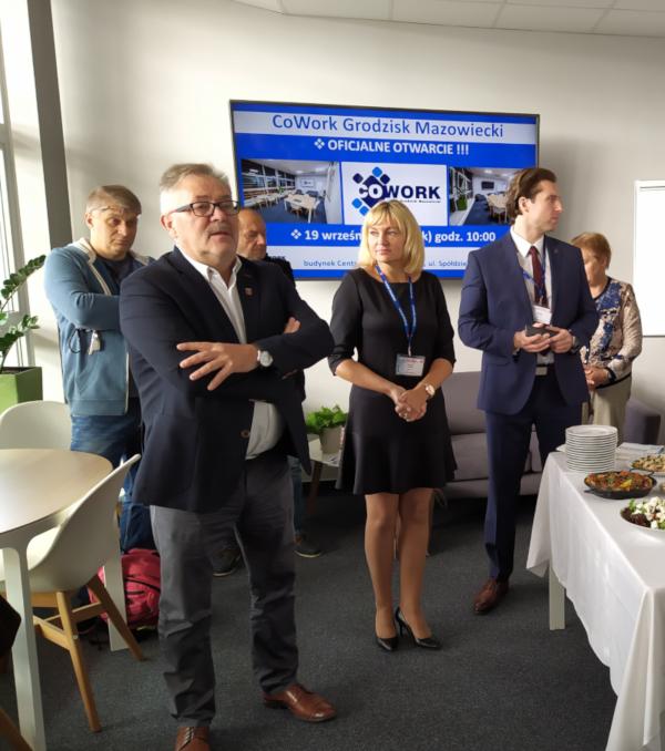 Zdjęcie z otwarcia [kowork] Grodzisk Mazowiecki, na pierwszym planie pan Burmistrz Grzegorz Benedykciński, pani Grażyna Jasińska i pan Stanisław Brykalski.ciński