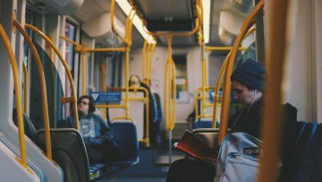 wnętrze autobusa z pasażerami