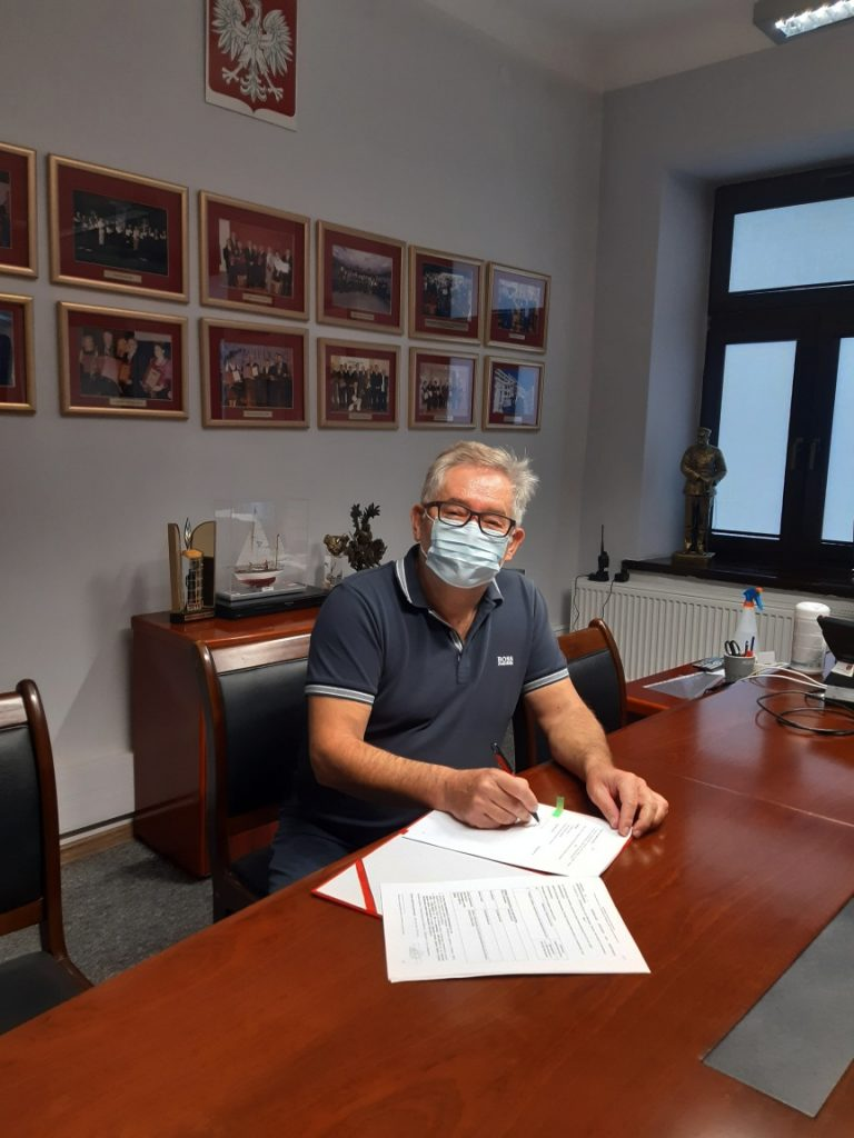 Burmistrz Grodziska Mazowieckiego Grzegorz Benedykciński podpisuje umowę na wykonanie ulic Batorego, Pięknej i na Grobli w Grodzisku Mazowieckim
