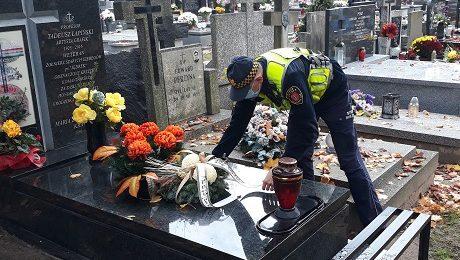 składanie wiązanki na grobie honorowych mieszkańców Grodziska przez Straż Miejską