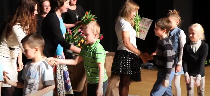 Młodzi aktorzy dostają kolejne dyplomy