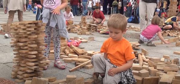 Układanie drewnianych klocków