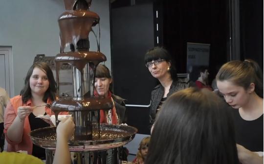 Poczęstunek dla artystów-czekoladowe fondue