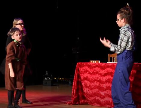 Występ kolejnej grupy teatralnej, 3 aktorów
