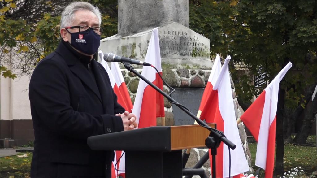 Burmistrz Grzegorz Benedykciński przemawia w trakcie Święta Niepodległości