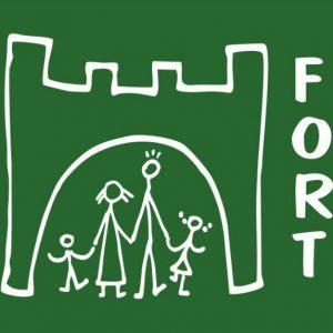 Logo fundacji Fort, kontur fortu z rodziną na zielonym tle