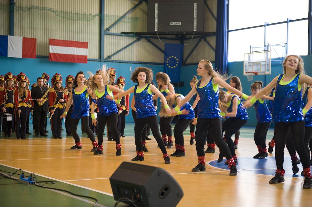 Występ młodzieżowego zespołu tanecznego podczas rozpoczęcia turnieju