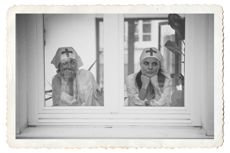 Pielęgniarki w oknie