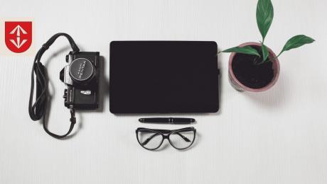 biurko z tabletem i okularami