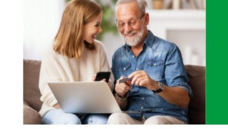 wnuczka uczy dziadka jak założyć konto w banku