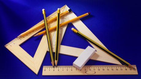 Przybory matematyczne na niebieskim tle