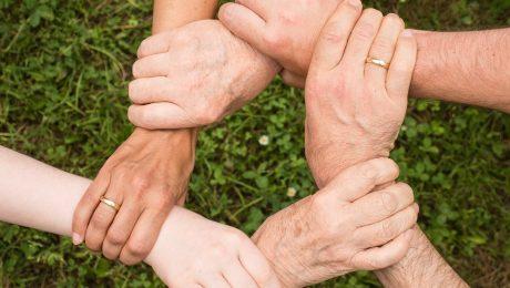 Ręcę połączone ze sobą jako symbole porozumienia