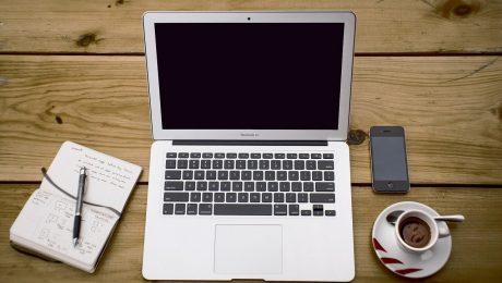 Komputer, notes, telefon i kawa