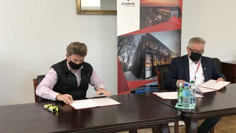 Podpisanie umowy na budowę budynku mieszkalnego wielorodzinnego komunalnego z lokalami socjalnymi we wsi Natolin.